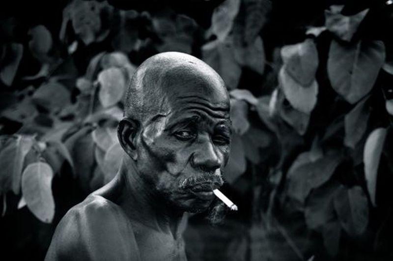 Homme âgé (et branché) d'Afrique (Crédit image: www.liberation.fr)