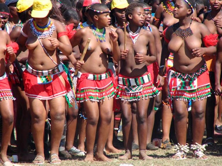 Jeunes filles africaines aux seins nus (Crédit image: lencrenoir;com)